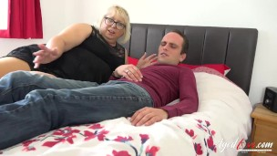 Mature lady providing her bed and testing it hard